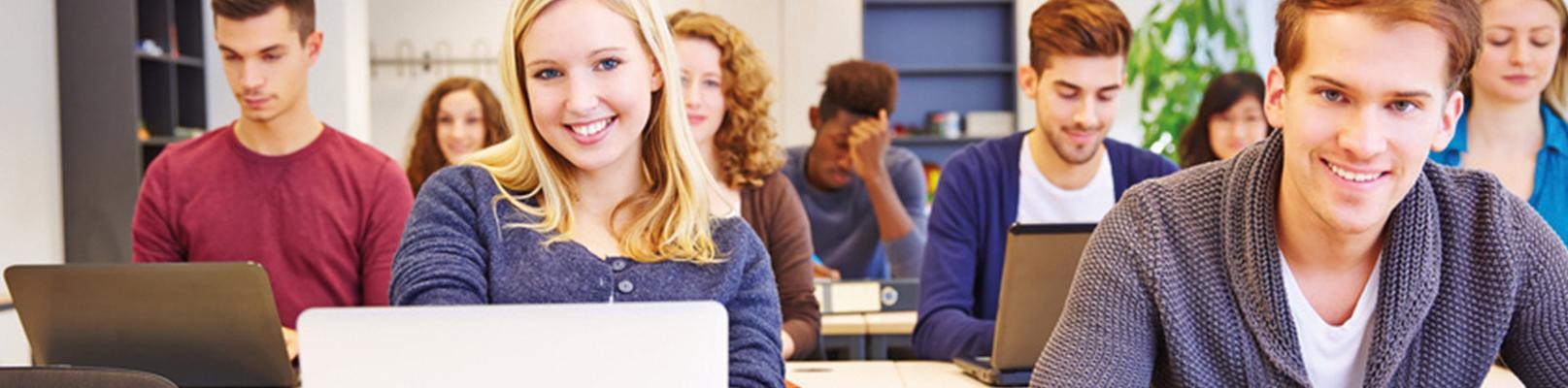 Berufsschulklasse motiviert während des Lernens