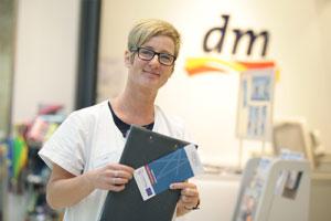 Angestellte einer deutschen Drogeriemarkt-Kette mit Starforce-Broschüre