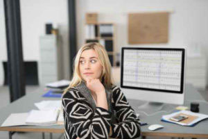 Kompetenzentwicklung. Junge Frau am Schreibtisch