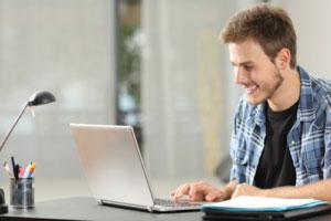 Student fröhlich während des Lernens