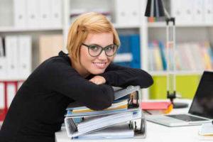 Junge Auszubildende während des Lernens